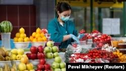 Алматыдағы көк базардағы сатушы. 2020 жылдың наурызы.