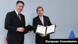 Комиссар Евросоюза по вопросам расширения и политики добрососедства Йоханнес Хан (справа) и министр экономики Армении Карен Чшмаритян