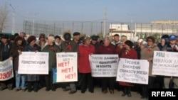 Әлеуметтік жағдайдың нашарлауына байланысты үкіметтің саясатына наразылық білдіру жиынына қатысушылар. Астана, 18 қазан 2009 жыл.