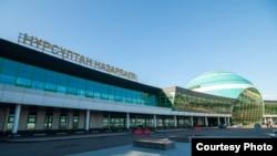 У здания аэропорта Нур-Султана.