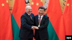Аляксандар Лукашэнка (зьлева) і СіЦзіньпін, архіўнае фота