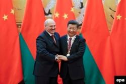 Олександр Лукашенко (ліворуч) та Сі Цзіньпіну (праворуч) у Пекіні, вересень 2016 року