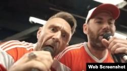Лідер гурту «Ленінград» Сергій Шнуров (ліворуч) і комік Семен Слєпаков виконують пісню про збірну Росії з футболу, червень 2018 року