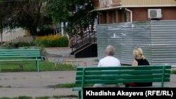 Люди на скамейке в городе Семей. Иллюстративное фото.