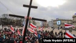8-nji dekabrdaky ýörişde protestçileriň köpüsi ilkinji garaşsyz belarus döwletiniň gadagan edilen gyzyl çyzykly baýdagyny hem göterdi.