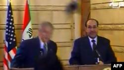 АҚШ президенті Джордж Буш (сол жақта) журналистің бәтеңкесінен жалтарып қалды. Оның жанында тұрған - Ирак премьер-министрі Нури әл-Малики. Ирак, 14 желтоқсан 2008 жыл.