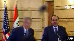 Джордж Буш увернулся от ботинка