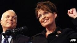 Сара Пејлин, заедно со канидатот за претседател Џон Мекејн, во кампањата за претседателските избори во 2008 година.