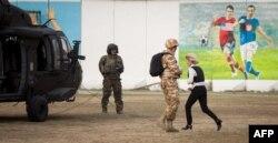 2015 рік, відвідуючи німецькі підрозділи НАТО в Афганістані, міністр прямує до вертольоту