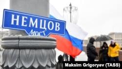 Стихийный мемориал на месте гибели Бориса Немцова