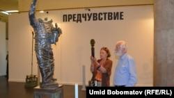 Қазақстандық мүсінші Еркін Мергеновтің көрмесіне қойылған мүсіндер. Мәскеу, 16 шілде 2015 жыл.