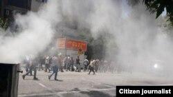 بر اساس ویدئوهای ارسالی به رادیو فردا، مأموران نیروی انتظامی در میدان بهارستان اقدام به شلیک گاز اشکآور کردند.
