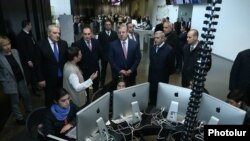 Armenia - Georgian Prime Minister Giorgi Kvirikashvili (C) visits the Tumo Center for Creative Technologies in Yerevan, 2 March 2018.