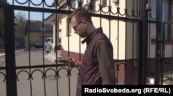 Журналіст Донбас.Реалії Андрій Діхтяренко намагається поспілкуватися з представниками авіакомпанії «Хорс»