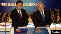Президент Китая Си Цзиньпин и президент Казахстана Нурсултан Назарбаев запускают газопровод из Казахстана в Китай. Астана, 7 сентября 2013 года.