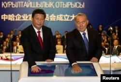 Қазақстан президенті Нұрсұлтан Назарбаев (оң жақта) пен Қытай басшысы Си Цзиньпин газ құбырын ашып тұр. Астана, 7 қыркүйек 2013 жыл.
