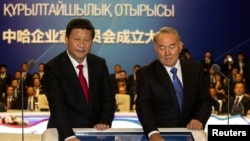 Kazakh President Nursultan Nazarbaev (right) and his Chinese counterpart Xi Jinping. (file photo)
