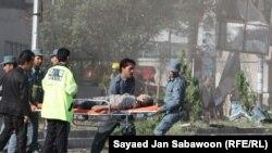 Ауған қауіпсіздік күштері Кабулдағы жарылыстан жараланған кісіні әкетіп барады. 19 тамыз 2011 жыл.