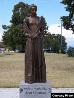 Памятник Лесе Украинке в Грузии