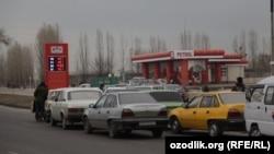 В последнее время возле заправок в Ташкенте выстраиваются большие очереди.