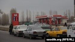 Өзбекстан астанасы Ташкент қаласындағы жанармайға кезекте тұрған көліктер. Көрнекі сурет