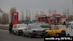 Ташкенде айдоочулар бензин кезегинде.