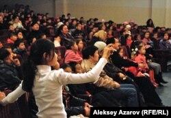 В зрительном зале во время спектакля театра из Эстонии. Алматы, 6 ноября 2012 года.