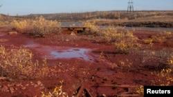 Берега реки Далдыкан с красным осадком