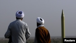 İran ayətullaları raketin buraxılmasını izləyirlər, 28 iyun 2011