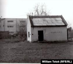 """Morga improvizată în """"Cimitirul săracilor"""", 1985 (Foto: William Totok)"""