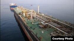سوپر تانکر سورنا در نزدیکی میدان نفتی سروش و نوروز. پس از انتقال نفت به وسیه خط لوله به سورنا، این نفتکش نفت را به دیگر تانکرها منتقل میکند. (عکس شانا)