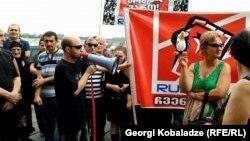 Оппозиция белсенділері Грузия парламенті ғимараты алдында тұр. Кутаиси, 3 қазан 2015 жыл.