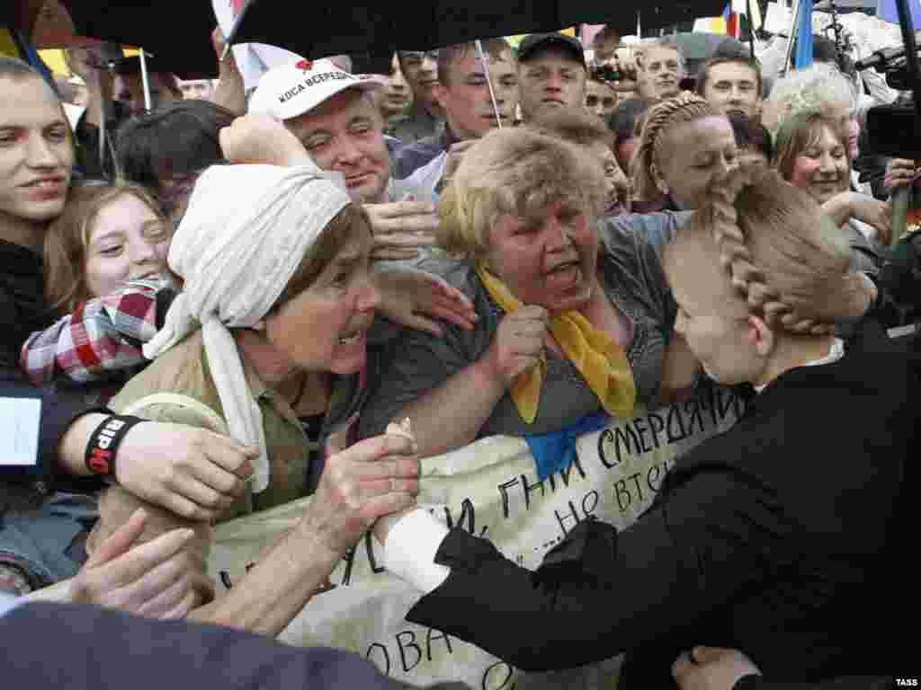 Лідер української опозиції Юлія Тимошенко вітає своїх прихильників під час мітингу біля Верховної Ради. Київ, 11 травня 2010 року