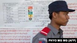 یک عضو پلیس ویژه انتخابات در تایلند
