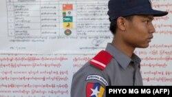 یکی از محلهای اخذ آرا در انتخابات پارلمانی میانمار. ۸ نوامبر ۲۰۱۵