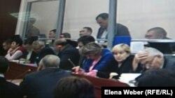 Бывший аким Карагандинской области Бауржан Абдишев (в центре) даёт показания в суде по делу Серика Ахметова. Караганда, 16 ноября 2015 года.