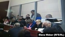 Бывший аким Карагандинской области Бауржан Абдишев (стоит за стеклянной перегородкой) даёт показания в суде по делу Серика Ахметова. Караганда, 16 ноября 2015 года.