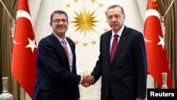 Turkish President Recep Tayyip Erdogan (right) meets with U.S. Defense Secretary Ash Carter at the Presidential Palace in Ankara on October 21.