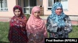 Восемнадцатилетняя Мумтаз (справа), Сахар Гуль (в центре) и Галсика, ставшие жертвами домашнего насилия, в приюте для женщин. Кабул, июль 2012 года.