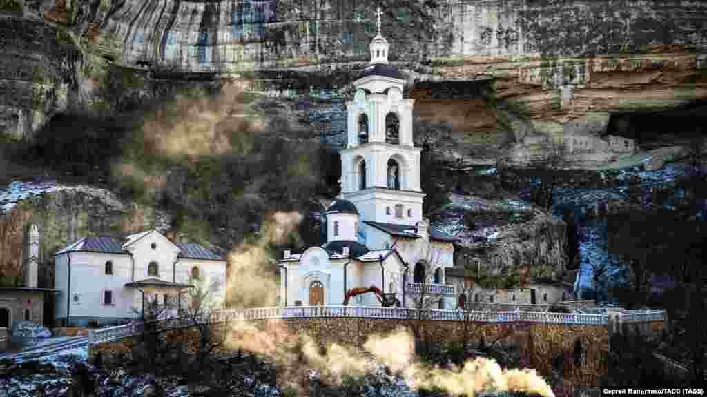 Дзвіниця Георгіївської частини Свято-Успенського печерного монастиря в Бахчисараї. Січень 2018