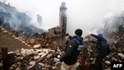 Представники спеціальної моніторингової місії ОБСЄ біля зруйнованого внаслідок обстрілу будинку в Авдіївці. 25 лютого 2017 року