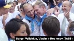 """Владимир Путин и Леонид Кучма в лагере """"Артек"""". 28 июля 2001 года"""