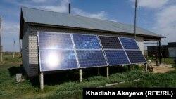 Балтатарақтағы үйлердің бірінің сыртындағы күн батареясы. Шығыс Қазақстан облысы, 9 маусым 2020 жыл.