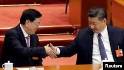Кытай парламентинин төрагасы Цаң Дежиаң төрага Си Цзиньпинди Конституциянын өзгөртүлүшү менен куттуктоодо. Бээжин, 11-март, 2018-жыл.