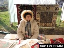 Maria Neamțu a venit din Vâlcea cu zeci de covoare țesute la gherghef