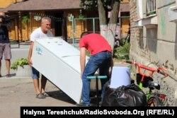 Мешканці виносять речі. Дрогобич, 29 серпня 2019 року