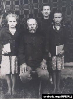 Раіса Мяцеліца (справа) з маці Ганнай, дзедам Халімонам і стрыечнай сястрою Дуняй