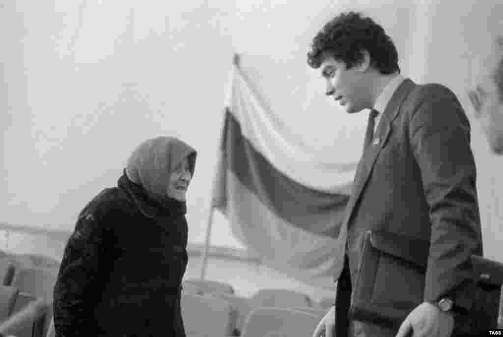 Nemtsov holds a meeting with local voters as governor of Nizhny Novgorod in 1992.
