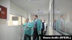 Aleksandar Vučić tokom poseta Institutu za majku i dete u Beogradu, 19. february 2019.