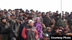 Бүгүн жарык көргөн гезиттердин көпчүлүгү 10-мартта Нарында өткөн митинг тууралуу кеп козгошту.